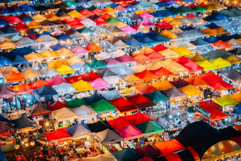 The stalls of Ratchada night bazaar | © picnote/Shutterstock