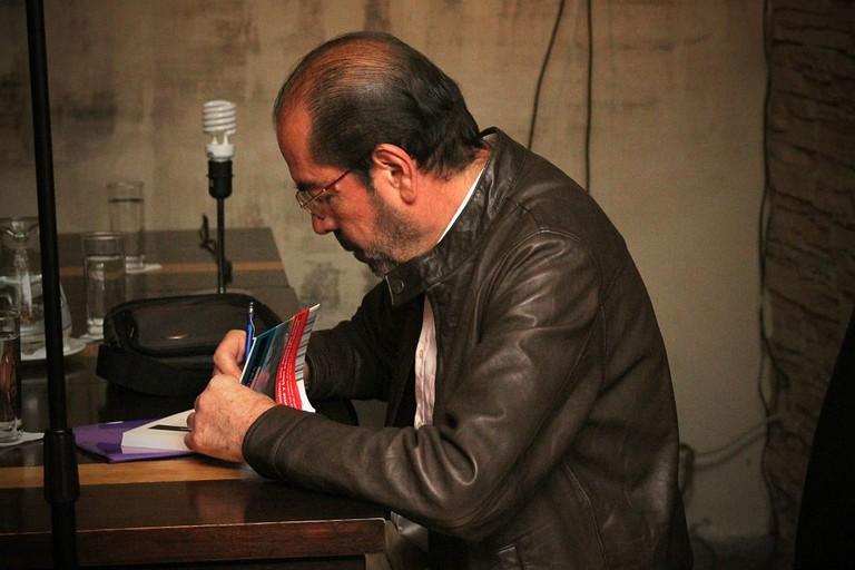 Book signing with Vladimiro Rivas at Librería Rayuela   © Vladimiro Rivas / Wikimedia Commons