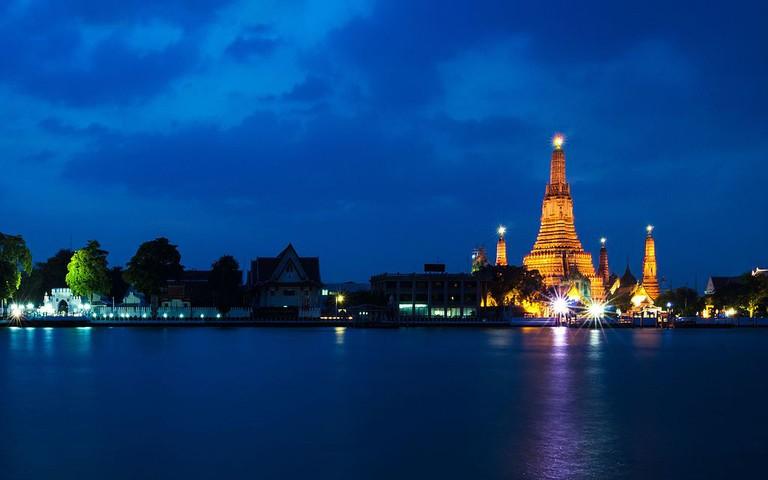 Wat Arun at night in Bangkok, Thailand | © Preecha MJ / Wikimedia Commons