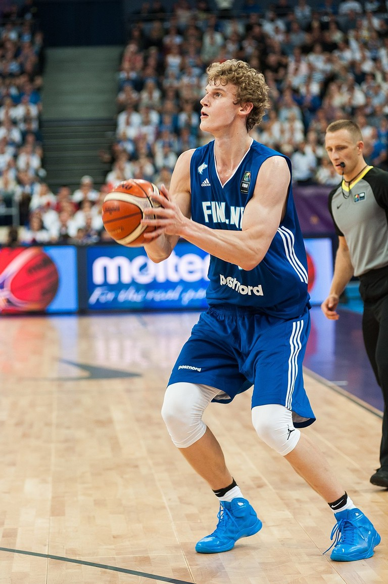 Markkanen competing against France at the 2017 Eurobasket / Tuomas Vitikainen / WikiCommons