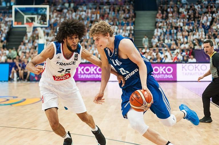 Markkanen playing at the Eurobasket 2017 / Tuomas Vitikainen / WikiCommons