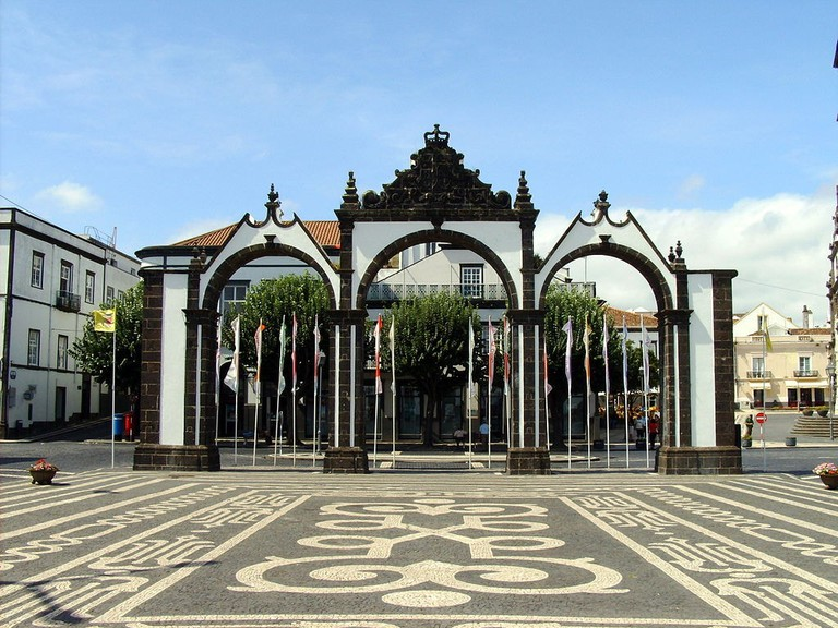 https://commons.wikimedia.org/wiki/File:Portas_p_delgada.jpg