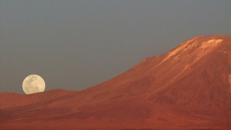 Full moon and Lejía volcano