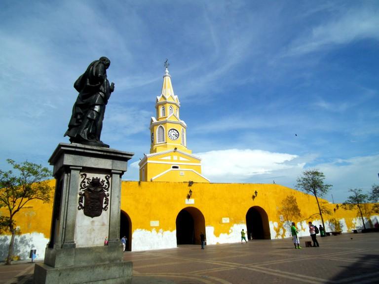 The statue of Pedro de Heredia and the Torre del Reloj on Plaza de Los Coches