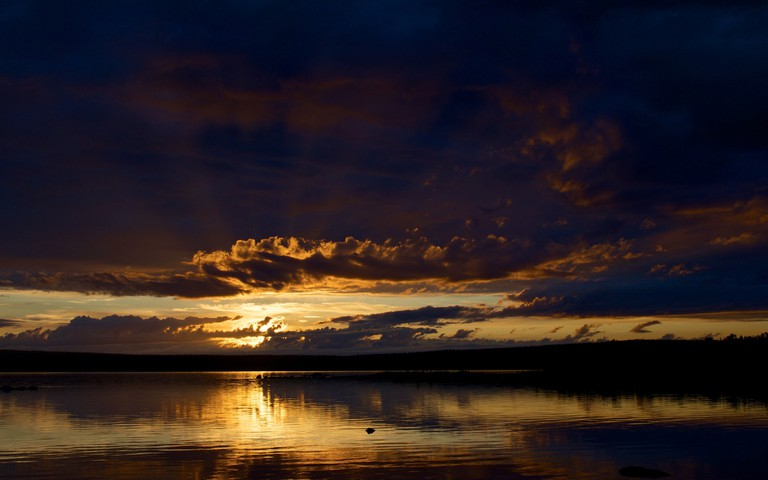 Lake Inari at sunset / Aleksi Stenberg / Flickr