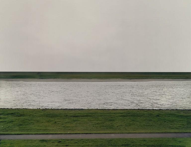 © Andreas Gursky - Rhein I (1996)
