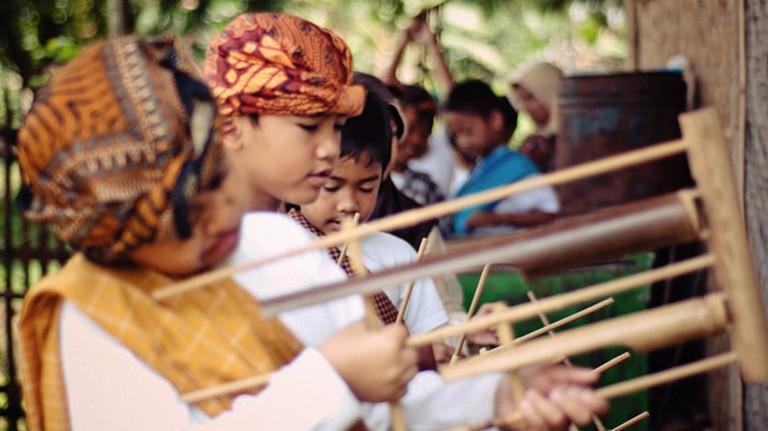 Kids learning angklung at Saung Angklung Udjo