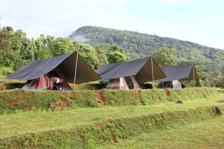 Tents at a Knuckles Mountain Range Campsite | © NH53 / Flickr