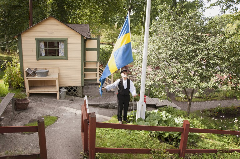 Raising the flag in the allotment at Skansen