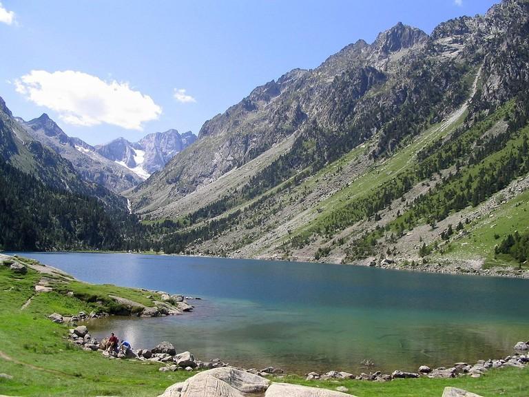 Hiking alongside the Lac de Gaube|