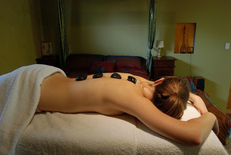 Hot stone massage   © Daniela / Wikimedia Commons