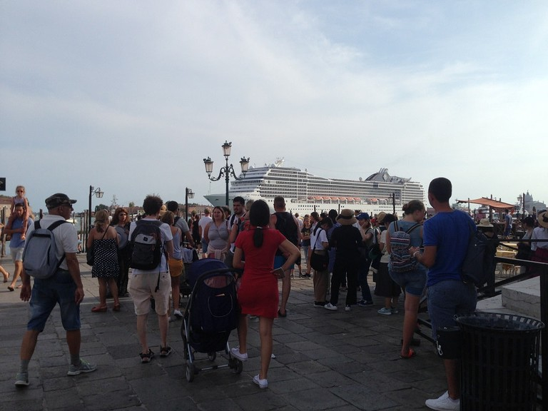 Crowds and cruise ships on the canal-front