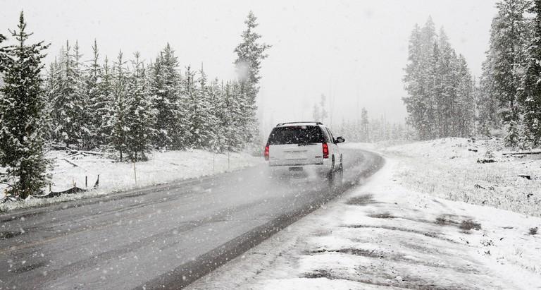 Car driving on winter road / Chris Peeters / Pexels