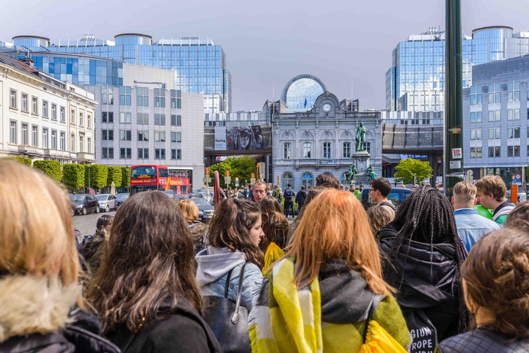 A guided school tour on the Place du Luxembourg, 2017 | © Jean-Paul Rémy / visit.brussels