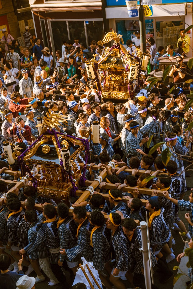 An explosion of people as two shrines cross paths | Mithila Jariwala / © Culture Trip