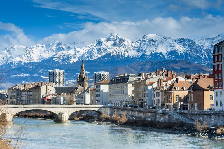 Backdrop of the Alps against Grenoble, France | © colores/Shutterstock