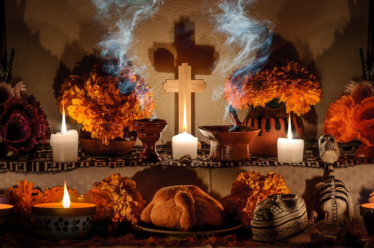 Traditional day of the dead altar with pan de muerto and candles | © AGCuesta/Shutterstock