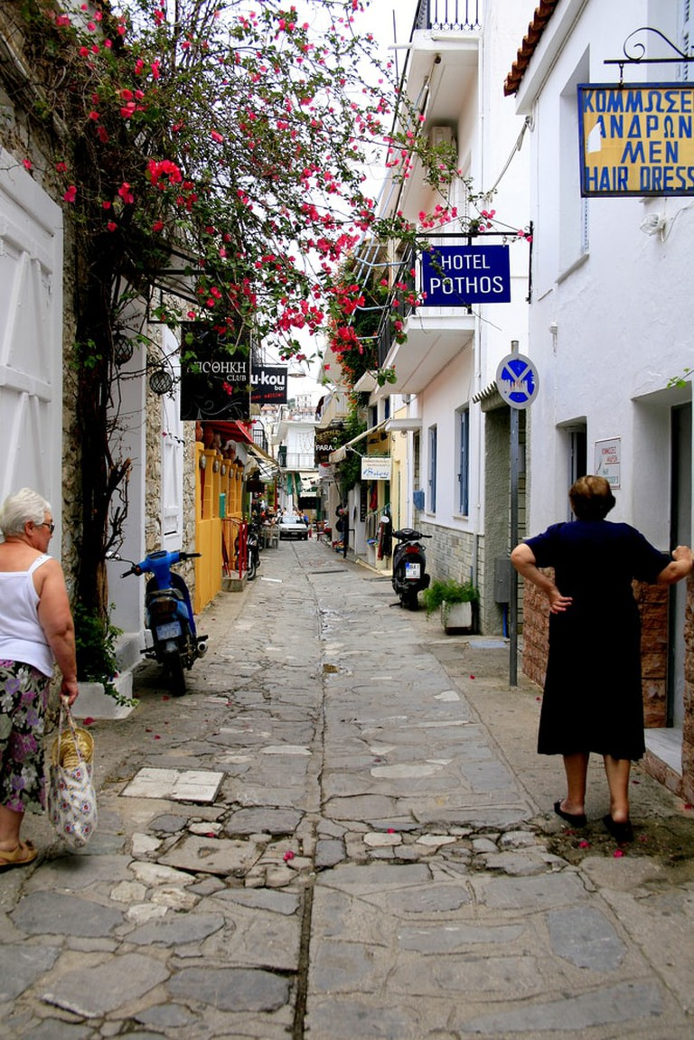 Narrow street in Skiathos, Greece | © Oscar Johns/Shutterstock