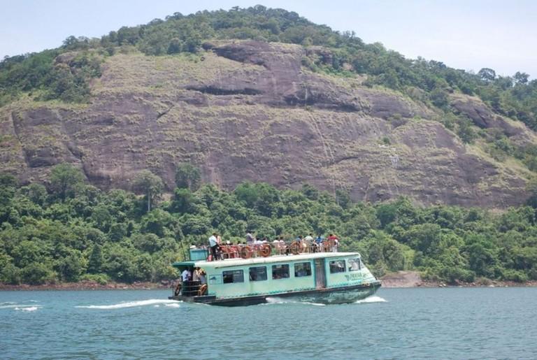 Boating along the reservoir