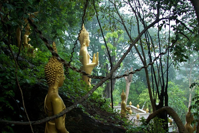 1024px-Laos_-_Luang_Prabang_124_-_Buddha_statues_at_Wat_Chom_Si_(6582787449)