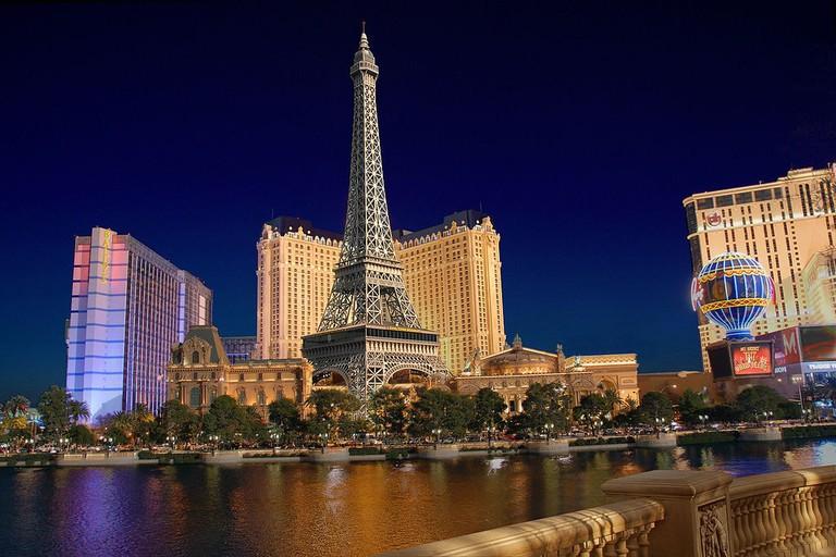 The Las Vegas Eiffel Tower at night. | © Gamut/WikiCommons