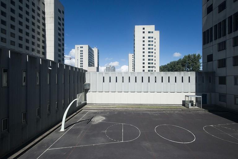 1200px-Bijlmerbajes_buitenruimte_voor_de_gedetineerden