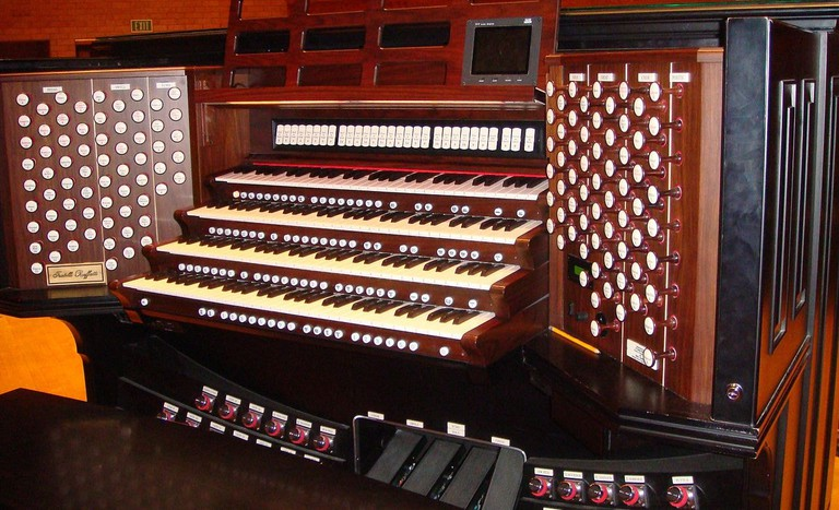1280px-Rodgers_Console_for_Pipe_Organ