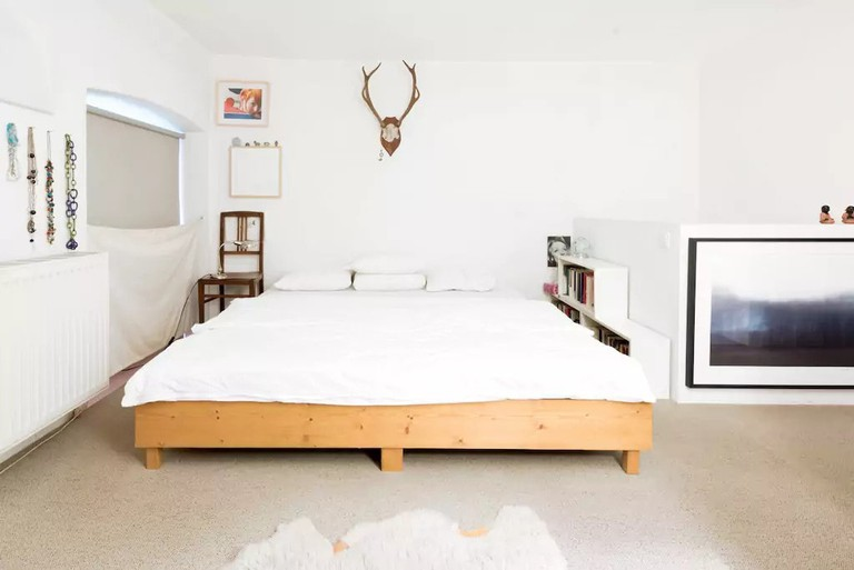 A minimal bedroom where you can focus on rest and relaxation
