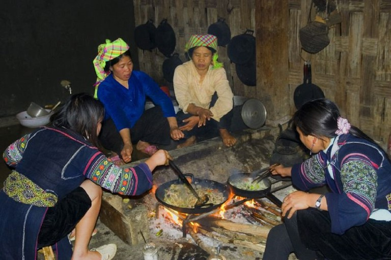 Hmong family cooking dinner | © audrey_sel/Flickr