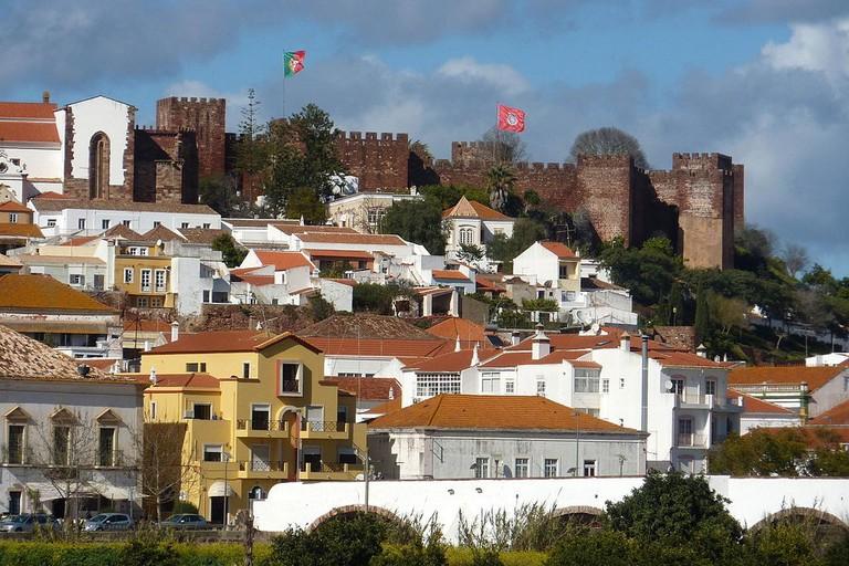 https://commons.wikimedia.org/wiki/File:Algarve_-_Silves_-_view_of_the_castle_(25829247165).jpg