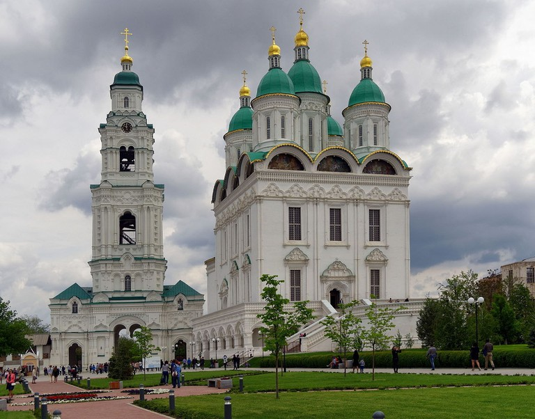 Astrakhan_Kremlin_Cathedral_of_the_Assumption_and_the_cathedral_bell_tower_with_Prechistinsky_Gate_P5090820_2586