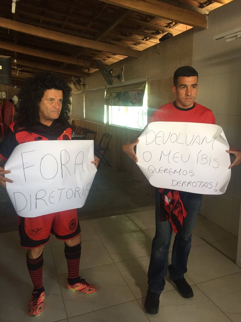 Mauro Shampoo (left) and Nilsinho Filho protest Íbis's good form    Courtesy of Nilsinho Filho