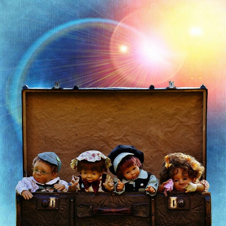https://pixabay.com/en/dolls-luggage-old-antique-cute-1990545/