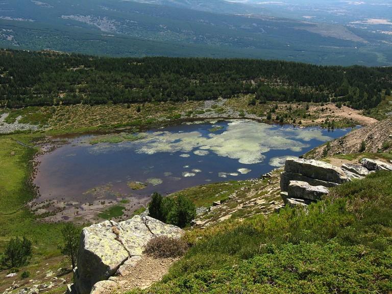 Laguna Cebollera, La Rioja, Spain | ©Victor Salvador Vilariño / Wikimedia Commons