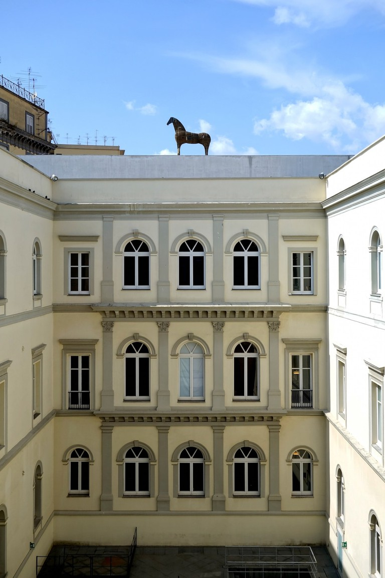Cavallo, a horse-shaped installation by Mimmo Paladino, on the rood of Museo MADRE | © Velvet/WikiCommons