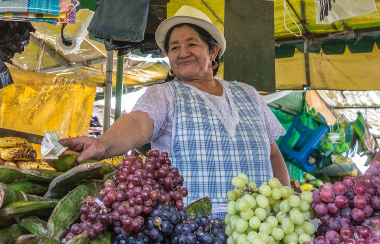 Woman selling fruits in Cuenca, Ecuador | © MindStorm/Shutterstock