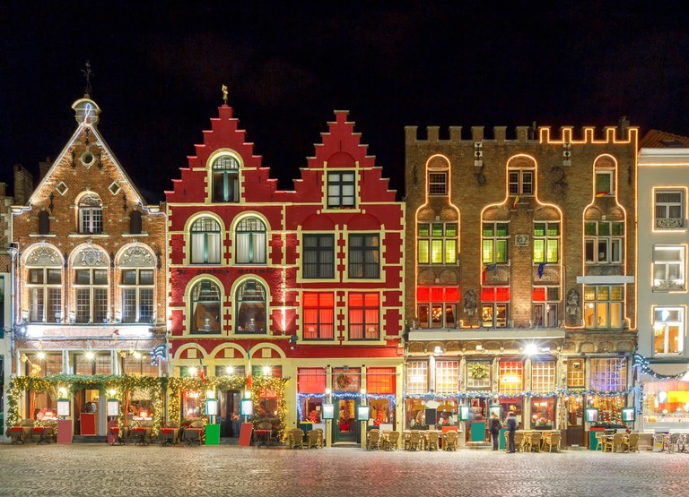 Christmas decoration and lighting Old Market Square in the historic center of Bruges, Belgium | © kavalenkau/Shutterstock