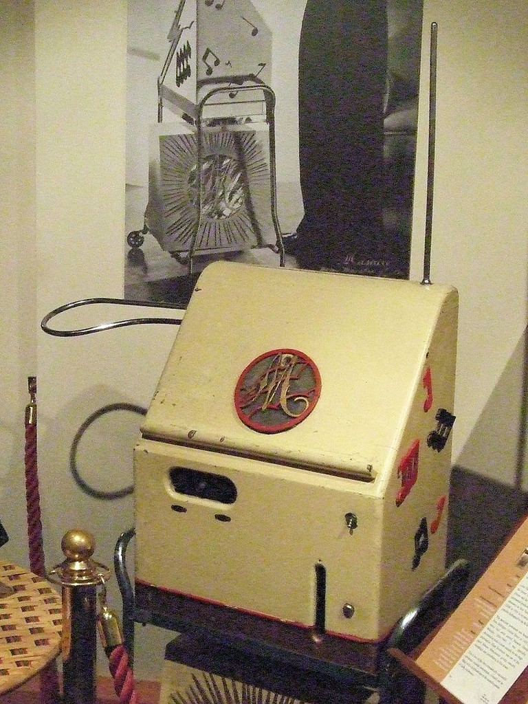 Theremin_At_The_Musical_Museum,_Brentford,_London_(clip)