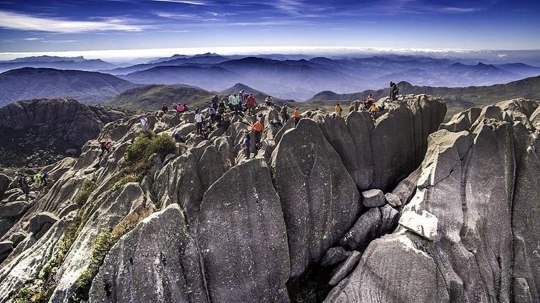 1024px-Cume_do_Pico_das_Agulhas_Negras_e_cadeia_de_montanhas
