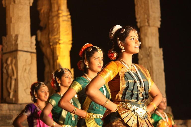 1280px-Thanjavur,_Brihadishwara_Temple,_dance_(6851706080)