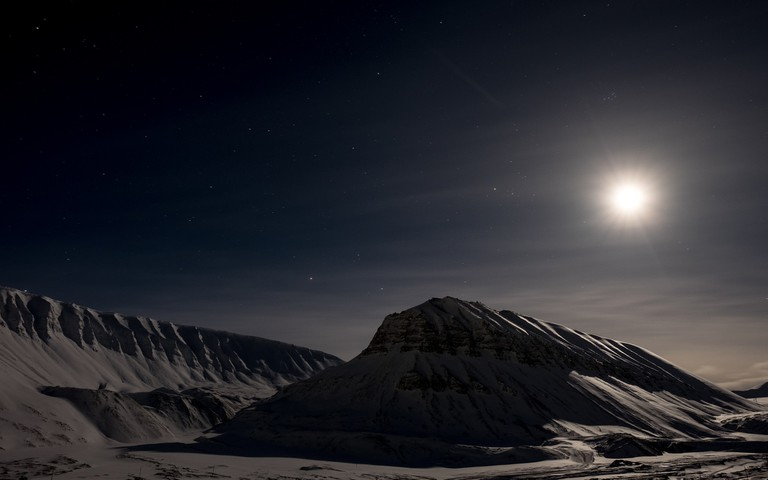 The Midnight Sun over Longyearbyen | © Frode Ramone / Flickr