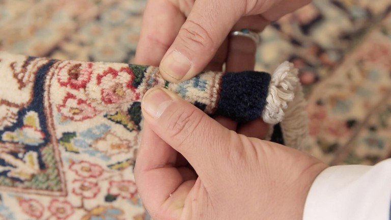Bending the carpet is a good way to determine if the colors are natural | © OXLAEY.com / Flickr