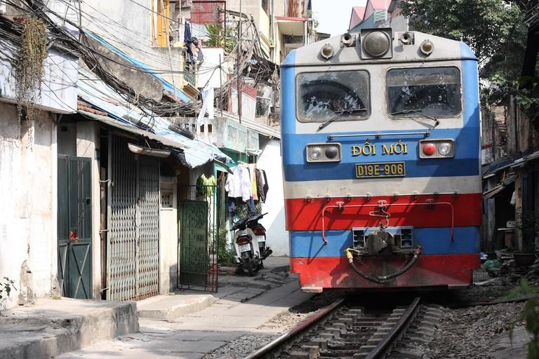 The Reunification Express moving through Hanoi | © yeowatzup/Flickr
