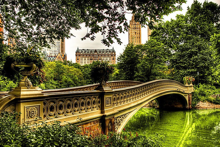 800px-Bow_Bridge_in_Central_Park_NYC_2_-_August_2009_HDR
