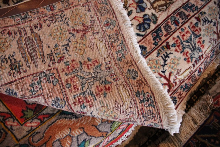 The back of the carpet tells a lot about the knots | © Carpetbeggers / Flickr