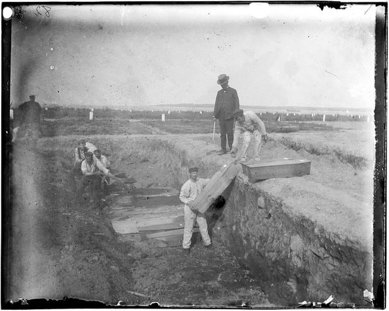 A_trench_at_the_potter's_field_on_Hart_Island,_circa_1890_by_Jacob_Riis