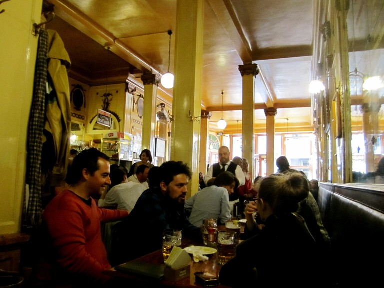 Bonding at legendary Brussels café A La Mort Subite | © La Citta Vita / Flickr