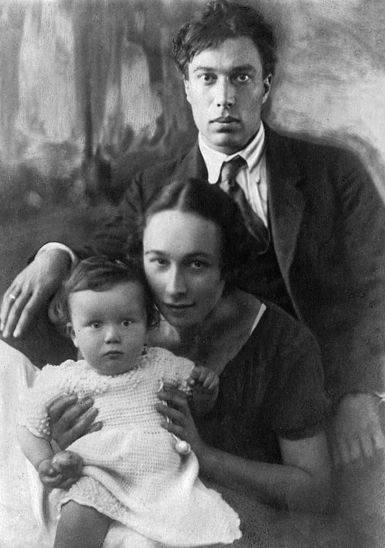 Boris_Pasternak_with_family_1920s
