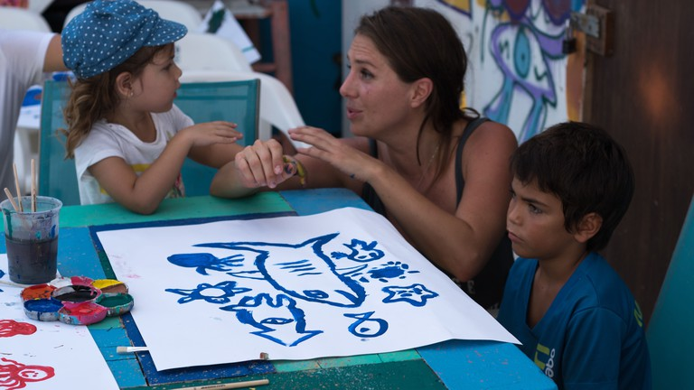Artist in residence Paola Beck with young art students at the community school | © El Ganzo