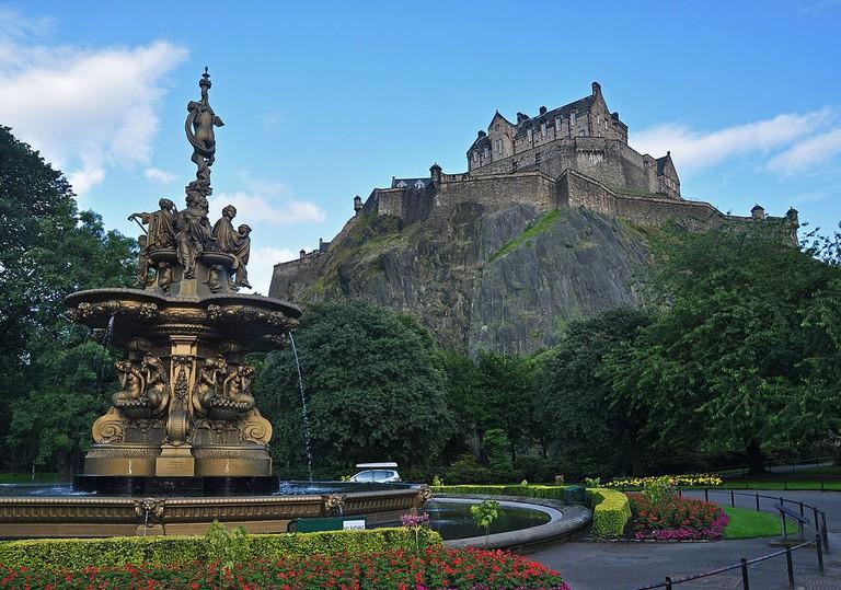 Edinburgh Castle and Ross Fountain   © Nilfanion / WikiCommons